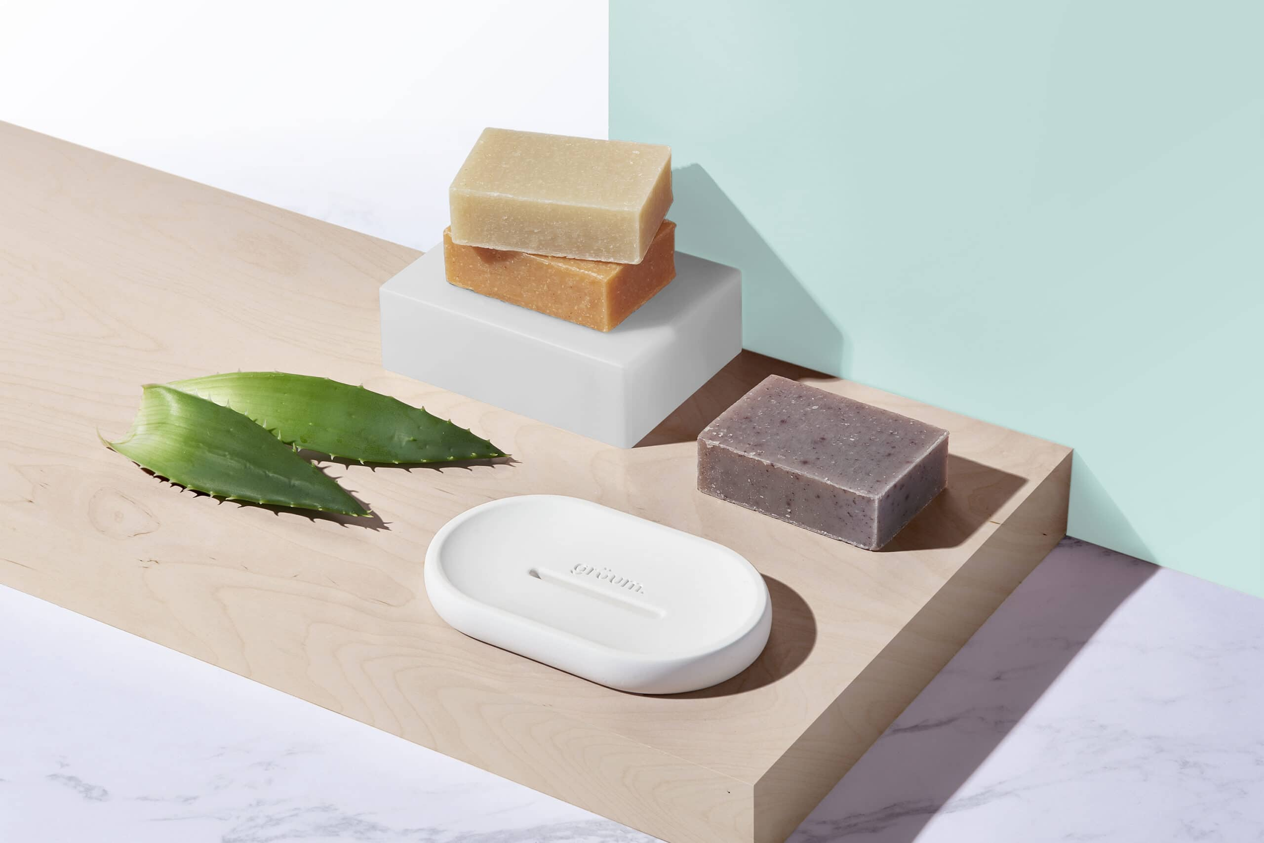 Gruum Body bar gift set product image with 3x body bars and halla soap dish