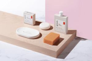 Gruum gift set product image with shampoo bar, kyra face wash, body bar and white halla soap dish